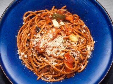 Spaghetti z soczewicą posypane serem