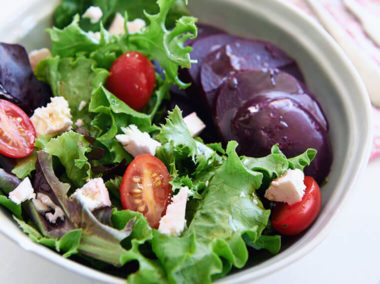 Sałatka z burakami, sałatą, pomidorkami cherry i fetą