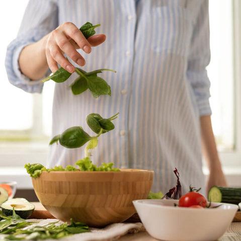 Kobieta przygotowująca sałatkę w kuchni