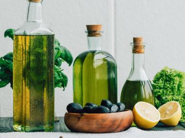 Różne oleje jadalne w trzech butelkach.