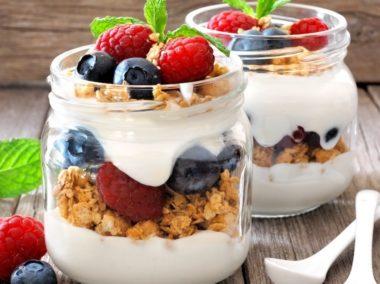 Musli z jogurtem i owocami w słoiku