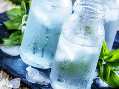 Zimne butelki z wodą